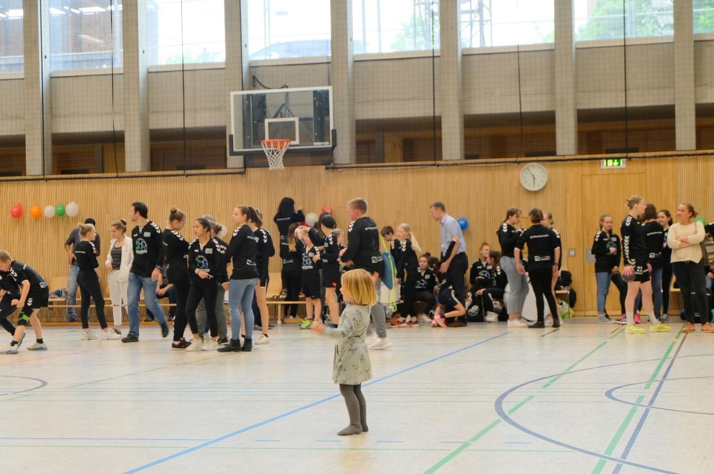 Wenn ich groß bin, will ich Handballerin werden!   Na, dann fang schonmal an und komm vorbei.  Jeden Montag von 15:00 bis 16:00 Uhr treffen sich unsere 3-6- jährigen Jungs und Mädels in der Riegerhofhalle, um erste Bewegungserfahrungen mit und ohne Ball zu sammeln. Die Bambinis gibt es nun schon über zwei Jahre und sie sind fester Bestandteil der Handballkids geworden.  Am Wochenende haben sie noch frei. Wir rennen, purzeln, balancieren, springen, werfen, schießen, rollen, klettern und spielen. Wir sind sehr stolz, wenn wir wieder etwas Neues dazugelernt haben. Unsere Eltern auch???? Habt Mut und macht mit!